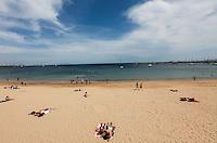 CASCAIS, PORTUGAL, 29 DE MAIO 2012 - CALOR EUROPA - Banhistas aproveitam calor na Praia da Duquesa em Cascais a 30 km de Lisboa capital de Portugal, nesta terca-feira. (FOTO: WILLIAM VOLCOV / BRAZIL PHOTO PRESS).