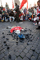 Manifestazione dei lavoratori Alcoa davanti a Montecitorio, Roma 2 febbraio 2010..Coal lies on the ground during a demonstration by Alcoa workers in Rome, 2 february 2010..UPDATE IMAGES PRESS/Riccardo De Luca