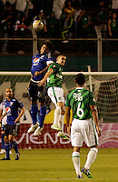 PALMIRA -COLOMBIA-01-03-2015. Rafael Santos (Der) jugador del Deportivo Cali disputa un balón con Roman Torres (Izq) jugador del Millonarios durante partido por la fecha 7 de la Liga Aguila I 2015 jugado en el estadio Palmaseca de la ciudad de Palmira./  Rafael Santos (R) player of Deportivo Cali fights the ball with Roman Torres (L) player of Millonarios during match for the 7th date of Aguila League I 2015 played at Palmaseca stadium in Palmira city Photo: VizzorImage/ Juan C. Quintero /STR  Photo: VizzorImage/Juan C. Quintero/STR