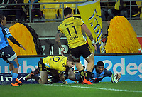 Bulls Warrick Gelant scores during the Super Rugby quarterfinal between the Hurricanes and Bulls at Westpac Stadium in Wellington, New Zealand on Saturday, 22 June 2019. Photo: Dave Lintott / lintottphoto.co.nz