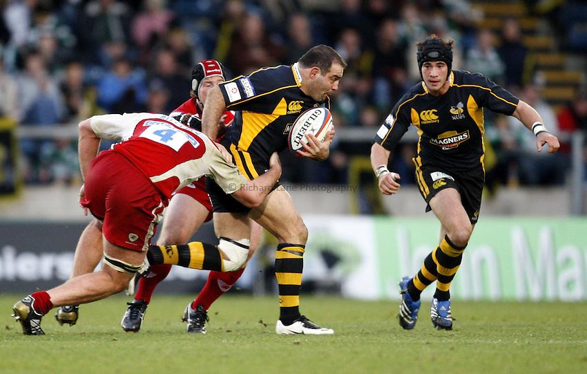 Photo: Richard Lane/Richard Lane Photography..London Wasps v Gloucester Rugby. EDF Energy Cup. 04/11/2007. .Wasps' Raphael Ibanez attacks.