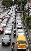 SAO PAULO, SP, 04 FEVEREIRO 2013 - MOTOCICLISTAS NOVA LEI - Motociclistas sao vistos na Avenida Alcantara Machado (Radial Leste) na altura da Rua dos Trilhos sentido centro no bairro da Mooca na regiao leste da capital paulista, nesta segunda-feira, 04.  O Denatran (Departamento Nacional de Trânsito) anunciou que a aplicação da nova lei que começou a valer sábado (2). As novas determinações são: um curso de capacitação de 30 horas, o uso de colete com faixas reflexivas e trafegar com a motocicleta com os equipamentos de segurança, como antena corta-pipa e protetor de pernas, segundo o sindicato. ?Quem descumprir a lei e for abordado em blitze vai ser multado e pode ter a moto apreendida.  (FOTO: WILLIAM VOLCOV / BRAZIL PHOTO PRESS).