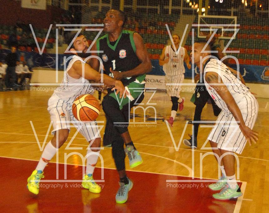 TUNJA -COLOMBIA-05-05-2014. Forbes (Centro) de Aguilas de Tunja disputa el balon con Restrepo (Izq)  de Piratas de Bogota durante partido de La Liga Directv 1 de baloncesto jugado en el coliseo Departamental de Boyaca . Forbes (center) of Aguilas de Tunja dispute the ball with Restrepo (L) of Piratas of Bogota for DirecTV La Liga match 1 Departmental basketball played in the Coliseum Boyaca. Photo: VizzorImage / Jose Miguel Palencia  /  Stringer
