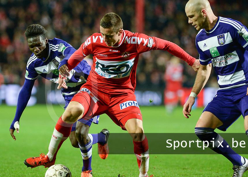 KV Kortrijk - RSC Anderlecht : Adam Marusic (midden) in duel met Fabrice N'Sakala (links) en Bram Nuytinck (r)<br /> Foto VDB / Bart Vandenbroucke