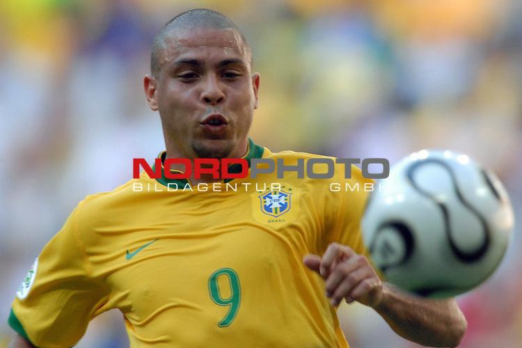 FIFA WM 2006 -  Gruppe F Vorrunde ( Group F )<br /> <br /> Play    #27 (18-Jun) - Brazil vs Australia<br /> <br /> <br /> <br /> Ausser Puste jagt Ronaldo (BRA) dem Ball hinterher.<br /> <br /> <br /> <br /> Foto &copy; nordphoto