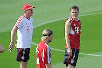 Fussball 1. Bundesliga:  Saison   2011/2012    Winter Trainingslager des FC Bayern Muenchen  03.01.2012 Trainer Jupp Heynckes  (li) und Bastian Schweinsteiger