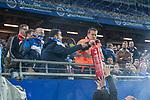 08.09.2017, Volksparkstadion, Hamburg, GER, 1.FBL, Hamburger SV vs RB Leipzig<br /> <br /> im Bild<br /> im Familienblock des Volksparkstadion steigt Rauch auf, L&ouml;schversuch, Fans helfen mit dem Feuerl&ouml;scher, <br /> <br /> Foto &copy; nordphoto / Ewert
