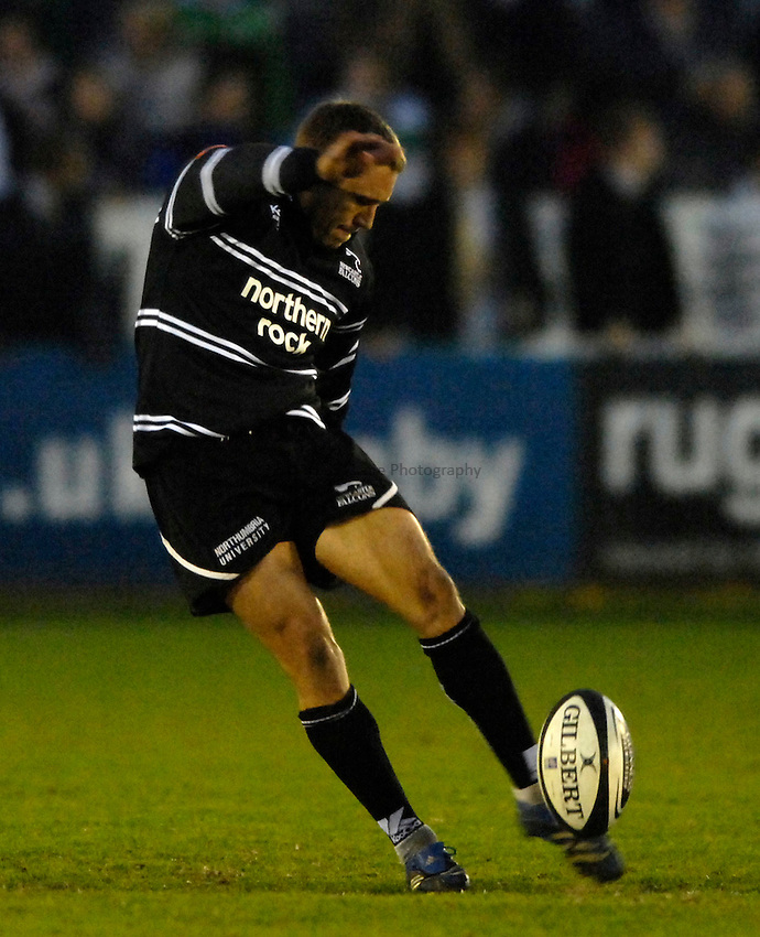 Photo: Jed Wee/Sportsbeat Images..Newcastle Falcons v Gloucester Rugby. Guinness Premiership. 13/04/2007...Newcastle's Jonny Wilkinson.