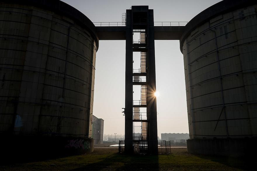 Nederland, Amsterdam, 14 feb 2015<br /> Bouwlokatie Zeeburgereiland. Op het voormalig terrein van de rioolwaterzuivering gaat een woonwijk verrijzen. Markant onderdeel van de waterzuivering zijn 3 gele silo's. Die blijven staan en worden herontwikkeld. De rest van het terrein wordt volgebouwd met huizen en appartementencomplexen.  <br /> Foto: (c) Michiel Wijnbergh