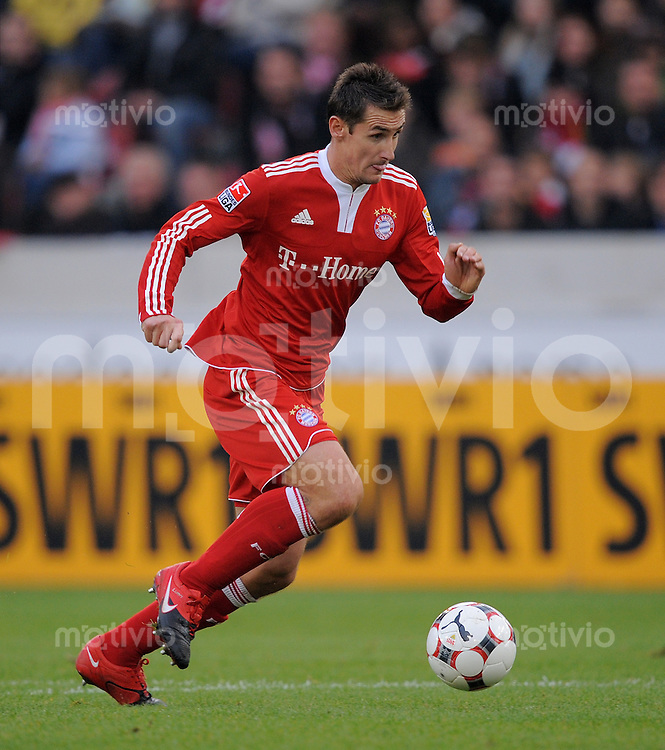 FUSSBALL  1. BUNDESLIGA  SAISON 2009/2010   11. Spieltag   31.10.2009 VfB Stuttgart  - FC Bayern Muenchen Miroslav Klose (FCB) am Ball
