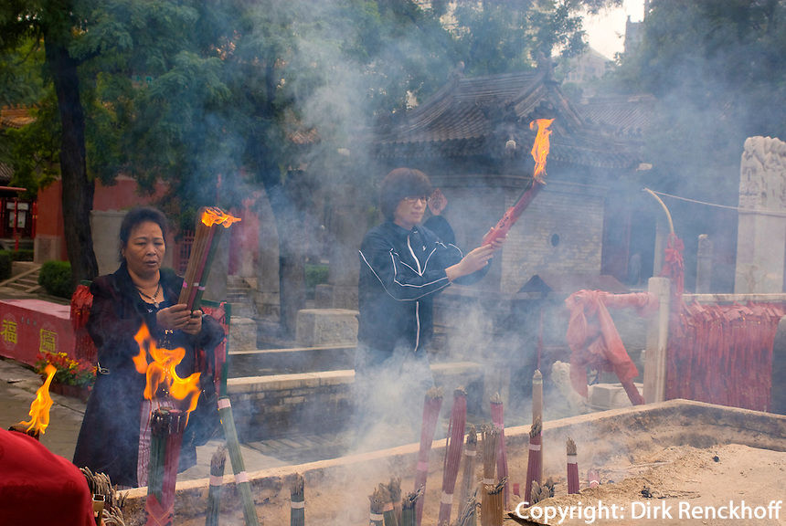 China, Peking (Beijing), im daoistischen Tempel Dongyue Miao (Ostbergtempel), Räuchergefäß