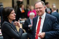 Berlin, Die Ministerpräsidentin von Rheinland-Pfalz, Malu Dreyer (SPD), und der Ministerpräsident von Niedersachsen, Stephan Weil (SPD), unterhalten sich am Freitag (03.05.13) bei der 909. Sitzung des Bundesrats in Berlin.