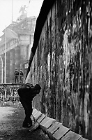 BERLINO / GERMANIA - NOVEMBRE 1989.IL MURO DI BERLINO NEI PRESSI DELLA PORTA DI BRANDEBURGO..FOTO LIVIO SENIGALLIESI..BERLIN / GERMANY - NOVEMBER 1989.BERLIN WALL NEAR BRANDEBURG TOWER..PHOTO BY LIVIO SENIGALLIESI.