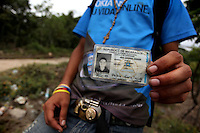 Las Choapas, Ver.- Pablo Garc&iacute;a, migrante nicaraguense muestra su cedula de identificaci&oacute;n en las v&iacute;as de la comunidad de Las Choapas, al sur de Veracruz. <br /> Illegal inmigrants try to reach the US border on The Beast , a cargo train that  travel sMexico from South to North
