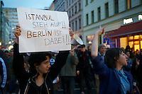 250 bis 300 Menschen solidarisierten sich am Freitag den 31. Mai 2013 in Berlin-Kreuzberg mit den Opfern der Polizeiuebergriffe in Istanbul. Dort versucht die Polizei seit Mittwoch mit Traenengas, Pfefferspray, Wasserwerfern und Gummigeschossen aus Hubschraubern einen der letzten Parks in Istanbul zu raeumen, damit dort ein Einkaufszentrum gebaut werden kann. Bis Freitagabend wurden mehrere hundert Menschen zum Teil schwerst verletzt. Militaerangehoerige haben sich mit den Menschn solidarisiert und ihnen Gasmasken zum Schutz gegeben.<br />Die Demostration in Berlin wurde von Anwohnern mit viel Applaus begruesst.<br />31.5.2013, Berlin<br />Copyright: Christian-Ditsch.de<br />[Inhaltsveraendernde Manipulation des Fotos nur nach ausdruecklicher Genehmigung des Fotografen. Vereinbarungen ueber Abtretung von Persoenlichkeitsrechten/Model Release der abgebildeten Person/Personen liegen nicht vor. NO MODEL RELEASE! Don't publish without copyright Christian-Ditsch.de, Veroeffentlichung nur mit Fotografennennung, sowie gegen Honorar, MwSt. und Beleg. Konto:, I N G - D i B a, IBAN DE58500105175400192269, BIC INGDDEFFXXX, Kontakt: post@christian-ditsch.de<br />Urhebervermerk wird gemaess Paragraph 13 UHG verlangt.]