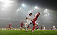 FUSSBALL   1. BUNDESLIGA   SAISON 2011/2012   23. SPIELTAG Borussia Moenchengladbach - Hamburger SV         24.02.2012 Juan Arango (li, Borussia Moenchengladbach) gegen Heung Min Son (re, Hamburger SV)