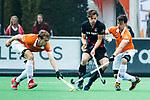 BLOEMENDAAL   - Hockey -  3e en beslissende  wedstrijd halve finale Play Offs heren. Boris Burkhardt (A'dam) tussen Tim Swaen (Bldaal)  en Tim Jenniskens (Bldaal) .      Amsterdam plaats zich voor de finale.  COPYRIGHT KOEN SUYK