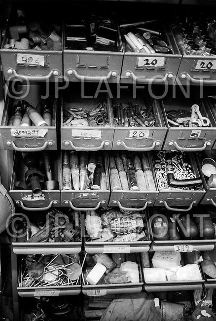 May, 1980. Manhattan, New York City, NY. Tourists are getting mugged. Amid T-shirts and souvenirs, shops are selling an assortment of hunting knives and switchblades.<br /> <br /> Manhattan, New York City, NY. Mai, 1980. Les touristes sont souvent agress&eacute;s. En plus des T-shirts souvenirs beaucoup de vitrines de la 42eme rue offraient toutes sortes d&rsquo;armes de poing, des menottes, des massues et des couteaux &agrave; crans d&rsquo;arr&ecirc;t de toutes les tailles.