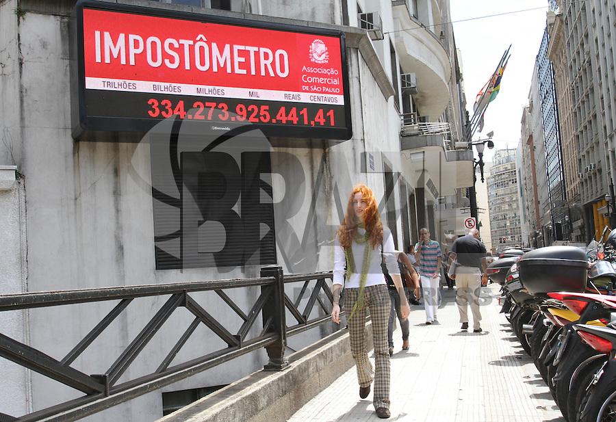 SAO PAULO, SP, 13 MARCO 2013 - IMPOSTOMETRO - No dia do consumidor o impostometro da Associaçao Comercial de Sao Paulo marca mais de trezentos e trinta bilhoes de reais em impostos na Se regiao central de Sao Paulo nessa sexta-feira, 15. (FOTO: LEVY RIBEIRO / BRAZIL PHOTO PRESS)