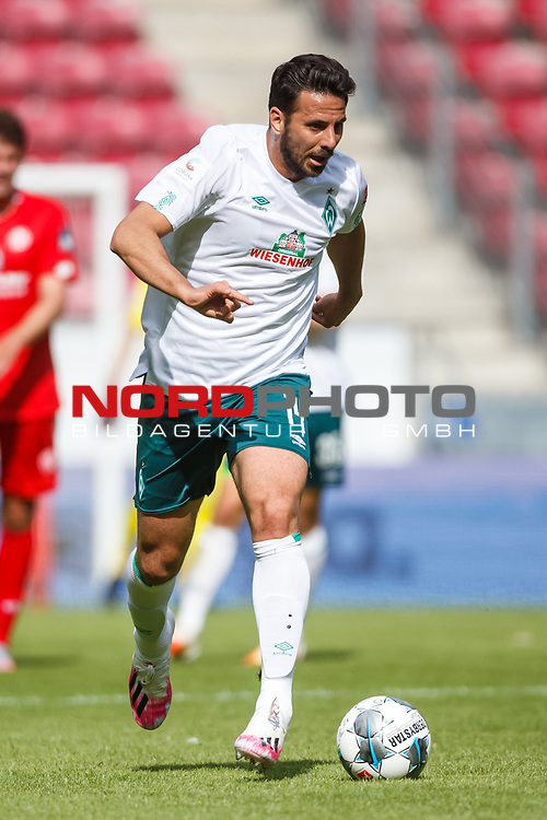 Claudio Pizarro (SV Werder Bremen) mit Ball, <br /> <br /> Sport: Fussball: 1. Bundesliga:: nphgm001:  Saison 19/20: 33. Spieltag: 1. FSV Mainz 05 vs SV Werder Bremen 20.06.2020<br /> Foto: Neis/Eibner/Pool/via gumzmedia/nordphoto<br /><br />DFB regulations prohibit any use of photographs as image sequences and/or quasi-video.<br />Editorial Use ONLY<br />National and International News Agencies OUT<br />  DFL REGULATIONS PROHIBIT ANY USE OF PHOTOGRAPHS AS IMAGE SEQUENCES AND OR QUASI VIDEO<br /> EDITORIAL USE ONLY<br /> NATIONAL AND INTERNATIONAL NEWS AGENCIES OUT