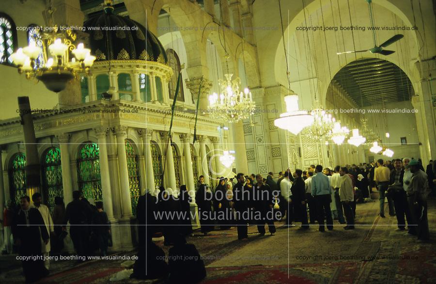 SYRIA Damascus, veiled Muslim women in Chador in Umayyad mosque the Great Mosque of Damascus / SYRIEN Damaskus Damascus, schwarz verschleierte Frauen im Tschador in der Umayyaden Moschee, die Grosse Moschee