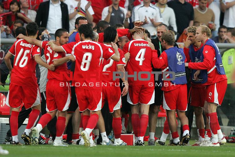 FIFA WM 2006 -  Gruppe G  Vorrunde ( Group G )<br /> Play    #46 (23-Jun) - Schweiz - S&uuml;dkorea<br /> <br /> Kollektiver Jubel bei der Schweiz nach dem Tor zum 1:0 durch Philippe Senderos (Mitte).<br /> <br /> Foto &copy; nordphoto