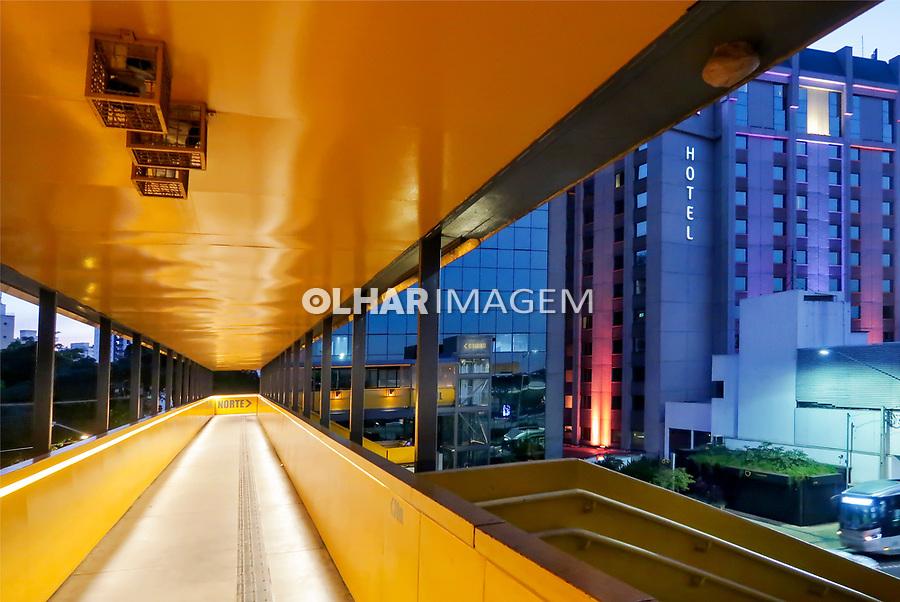 Passarela de pedestres avenida 23 de Maio, aeroporto de Comgonhas, Sao Paulo. 2019. Foto Juca Martins.