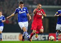 FUSSBALL   EUROPA LEAGUE   SAISON 2011/2012  ACHTELFINALE FC Schalke 04 - Twente Enschede                         15.03.2012 Klaas Jan Huntelaar (li, FC Schalke 04) gegen Emir Bajrami (re, Enschede)