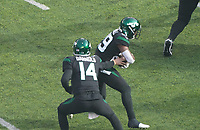 Quarterback Sam Darnold (14) of the New York Jets gibt den Ball an running back Bilal Powell (29) of the New York Jets - 08.12.2019: New York Jets vs. Miami Dolphins, MetLife Stadium New York