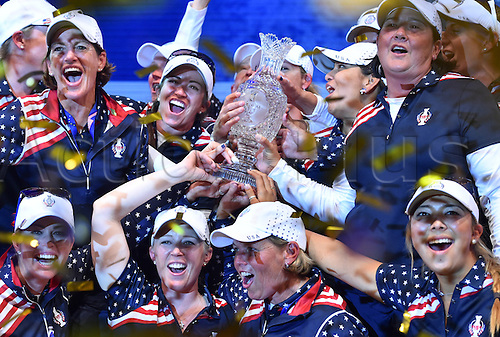 20.09.2015. St. Leon-Rot, Germany.  The US golfing team holds up the trophy as they celebrate after winning the Solheim Cup in St. Leon-Rot, Germany, 20 September 2015. Two teams consisting of the best twelve professional female golfers from Europe and the United States, respectively, take part in the biennial golfing team tournament, with the competition venues rotating between Europe and the US. Germany hosted the Solheim Cup for the first time.
