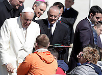 Papa Francesco saluta i fedeli al termine dell'udienza generale del mercoledi' in Piazza San Pietro, Citta' del Vaticano, 8 aprile 2015.<br /> Pope Francis greets faithful at the end of his weekly general audience in St. Peter's Square at the Vatican, 8 April 2015.<br /> UPDATE IMAGES PRESS/Riccardo De Luca<br /> <br /> STRICTLY ONLY FOR EDITORIAL USE