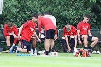 Eintracht Spieler wechseln die Schuhe für den Waldlauf - 04.07.2017: Eintracht Frankfurt Training, Commerzbank Arena