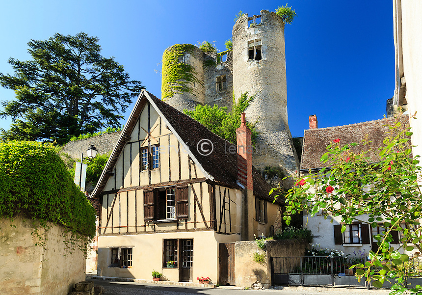 Indre-et-Loire (37), Montr&eacute;sor, class&eacute; Les Plus Beaux Villages de France, maison du village et ruines du premier ch&acirc;teau formant l'enceinte du ch&acirc;teau Renaissance // Indre et Loire, Montresor, labelled Les Plus Beaux Villages de France (The Most beautiful<br /> Villages of France), house in the village and the ruins of the first castle forming the walls of the Renaissance castle