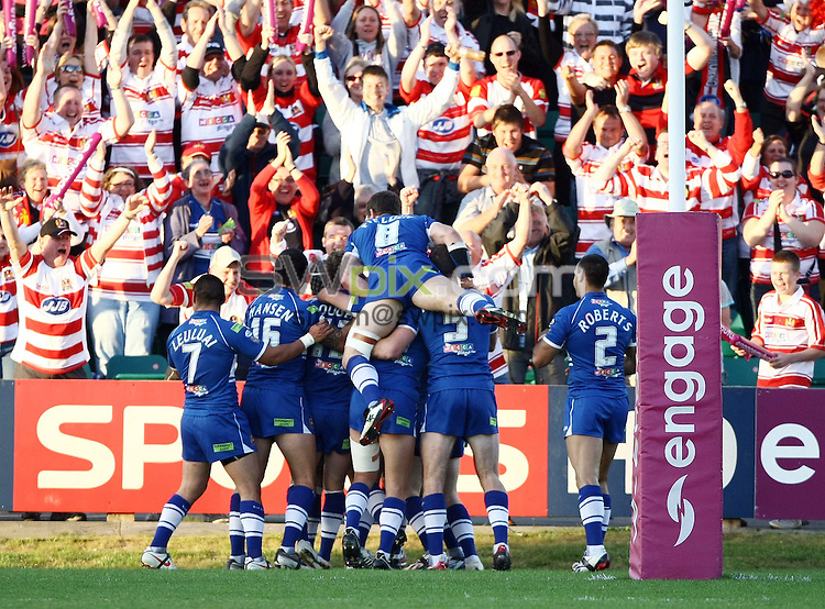 PICTURE BY VAUGHN RIDLEY/SWPIX.COM - Rugby League - Super League Playoffs - Hull KR v Wigan - Craven Park, Hull, England  - 26/09/09...Copyright - Simon Wilkinson - 07811267706...Wigan celebrate a Iafeta Paleaaesina try.