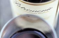 Europe/France/Corse/2B/Haute-Corse/Cap Corse/Nebbio/Patrimonio: Détail de verre et bouteille de vin rouge de Patrimonio, AOC Patrimonio