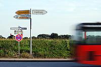 Oeffentlicher Nahverkehr: EUROPA, DEUTSCHLAND, HAMBURG, (EUROPE, GERMANY), 14.08.2007:Oeffentlicher Nahverkehr in Hamburg Bergedorf auf dem Zollenspieker Hauptdeich, Verkehrsschilder, Geesthacht, Centrum, Elbfaehre, verschwommen, verwischt, schnell, Bus, Personenbefoerderung, Aufwind-Luftbilder..c o p y r i g h t : A U F W I N D - L U F T B I L D E R . de.G e r t r u d - B a e u m e r - S t i e g 1 0 2, .2 1 0 3 5 H a m b u r g , G e r m a n y.P h o n e + 4 9 (0) 1 7 1 - 6 8 6 6 0 6 9 .E m a i l H w e i 1 @ a o l . c o m.w w w . a u f w i n d - l u f t b i l d e r . d e.K o n t o : P o s t b a n k H a m b u r g .B l z : 2 0 0 1 0 0 2 0 .K o n t o : 5 8 3 6 5 7 2 0 9.C o p y r i g h t n u r f u e r j o u r n a l i s t i s c h Z w e c k e, keine P e r s o e n l i c h ke i t s r e c h t e v o r h a n d e n, V e r o e f f e n t l i c h u n g  n u r  m i t  H o n o r a r  n a c h M F M, N a m e n s n e n n u n g  u n d B e l e g e x e m p l a r !.