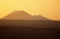 Europe/Espagne/Iles Canaries/Lanzarote : Paysage volcanique au soleil couchant