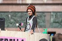 """Mehrere tausend Menschen blockierten am Montag den 7. Oktober 2019 in Berlin die Verkehrsknotenpunkte Grosser Stern und Potsdamer Platz. Sie folgten damit einem Aufruf der Bewegung """"Extinction Rebellion"""" (""""Aufstand gegen das Aussterben""""). Aktionen von Extinction Rebellion fanden an diesem Tag weltweit statt. Damit soll gegen die zu schwachen Aktivitaeten der Regierungen gegen den Klimawandel protestiert werden.<br /> Im Bild: Carola Rakete, ehemalige Kapitaenin des Seenotrettungsschiff Sea Watch 3, spricht zu dem Demonstranten am Grossen Stern.<br /> 7.10.2019, Berlin<br /> Copyright: Christian-Ditsch.de<br /> [Inhaltsveraendernde Manipulation des Fotos nur nach ausdruecklicher Genehmigung des Fotografen. Vereinbarungen ueber Abtretung von Persoenlichkeitsrechten/Model Release der abgebildeten Person/Personen liegen nicht vor. NO MODEL RELEASE! Nur fuer Redaktionelle Zwecke. Don't publish without copyright Christian-Ditsch.de, Veroeffentlichung nur mit Fotografennennung, sowie gegen Honorar, MwSt. und Beleg. Konto: I N G - D i B a, IBAN DE58500105175400192269, BIC INGDDEFFXXX, Kontakt: post@christian-ditsch.de<br /> Bei der Bearbeitung der Dateiinformationen darf die Urheberkennzeichnung in den EXIF- und  IPTC-Daten nicht entfernt werden, diese sind in digitalen Medien nach §95c UrhG rechtlich geschuetzt. Der Urhebervermerk wird gemaess §13 UrhG verlangt.]"""