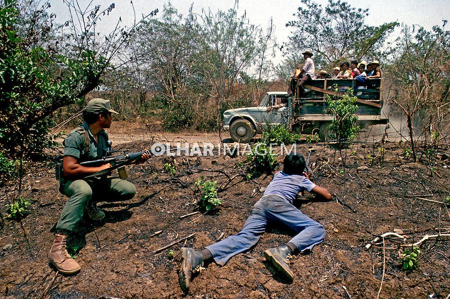 Soldado e criança na guerra civil de El Salvador. 1983. Foto de Cynthia Brito.