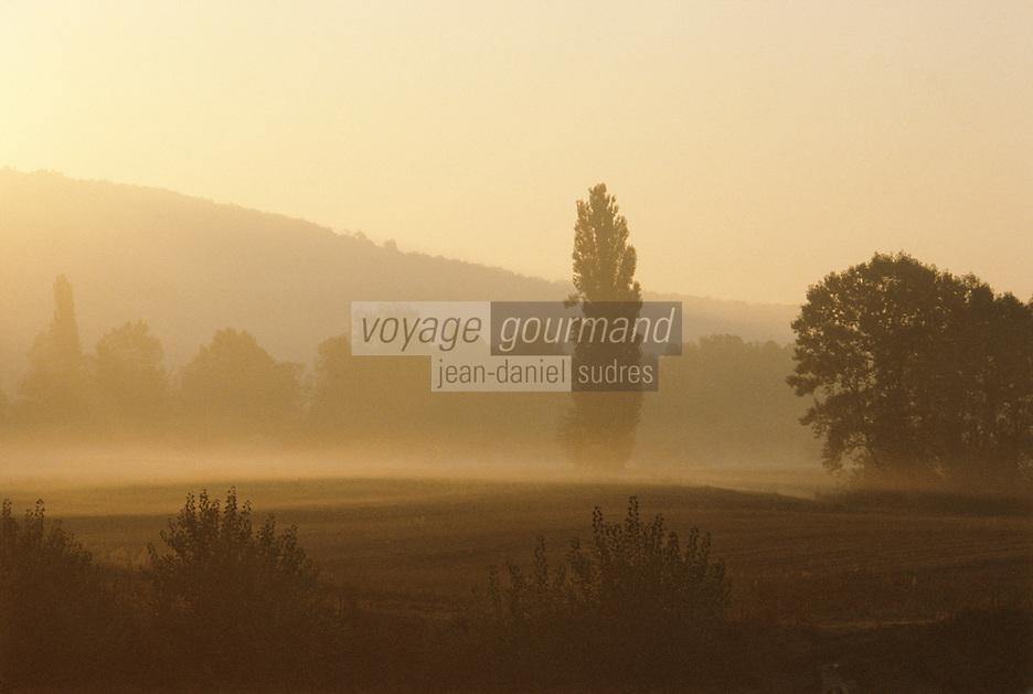Europe/France/Aquitaine/24/Dordogne/Vallée de la Dordogne/Périgord Noir/La Roque-Gageac: Brumes sur la vallée de la Dordogne