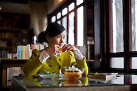 Una donna beve il suo t&egrave; in una sala da t&egrave; del centro storico.<br /> A woman drinking tea
