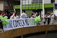 SAO PAULO, SP, 02 DE DEZEMBRO DE 2012 - PARADA VEG - Passeata vegetariana chamada Parada Veg, que saiu da praca do ciclista ate a praca Roosevelt, na tarde deste domingo, 02. O proposito da passeata e consientizar a respeito do impacto ambiental do alto consumo da carne, dos maleficios a saude e a crueldade contra os animais. FOTO: ALEXANDRE MOREIRA - BRAZIL PHOTO PRESS.