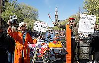 Koningsdag in Amsterdam. Vrijmarkt op de grachten van de hoofdstad.