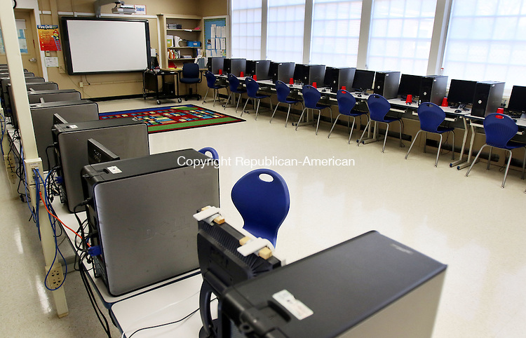 WATERBURY CT. 21 January 2016-012016SV10-A view of the computer room in the new newly renovated library/media center at Mitchell Elementary of the School in Woodbury Thursday. <br /> Steven Valenti Republican-American