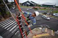 Trabalhadores da Celpa durante manutenção da rede de energia da cidade.<br /> Belém, Pará, Brasil.<br /> Foto Paulo Santos<br /> 07/01/2014