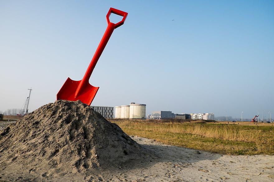Nederland, Amsterdam, 14 feb 2015<br /> Bouwlokatie Zeeburgereiland. Op het voormalig terrein van de rioolwaterzuivering gaat een woonwijk verrijzen. Markant onderdeel van de waterzuivering zijn 3 gele silo's. Die blijven staan en worden herontwikkeld. De rest van het terrein wordt volgebouwd met huizen en appartementencomplexen. Een kunstwerk met een schep is blikvanger voor het terrein.<br /> <br /> Foto: (c) Michiel Wijnbergh