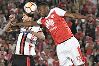 BOGOTÁ-COLOMBIA-24-04-2018: Javier Lopez (Der) jugador de Independiente Santa Fe de Colombia disputa el balón con Rene (Izq) jugador de Flamengo de Brasil, durante partido por la fecha 4, grupo D, de la Copa CONMEBOL Libertadores 2018 jugado en el estadio Nemesio Camacho El Campin de la ciudad de Bogotá. / Javier Lopez (R) player of Independiente Santa Fe of Colombia fights for the ball with Rene (L) player of Flamengo of Brazil during the match date 4, group D, of the Copa CONMEBOL Libertadores 2018 played at Nemesio Camacho El Campin stadium in Bogota city.  Photo: VizzorImage/ Gabriel Aponte / Staff