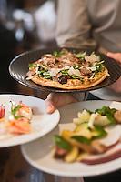 Europe/France/Provence-Alpes-Côte d'Azur/06/Alpes-Maritimes/ Mougins: Service des entrées au au restaurant:  La Place de Mougins, Pizza aux truffes et roquette