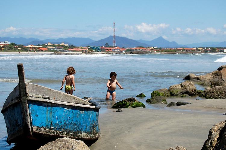 Praia de Itapoá, localizada no litoral norte de Santa Catarina, Brasil, com crianças brincando
