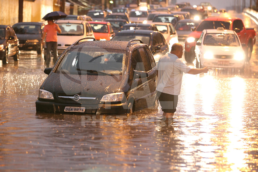 FOTO EMBARGADA PARA VEICULOS INTERNACIONAIS. SAO PAULO, SP, 24-12-2012, CHUVA. A forte chuva que caiu em Sao Pauilo na tarde dessa Segunda Feira (24) deixou varios pontos de alagamento, na foto o Viaduto Bresser na Mooca . Luiz Guarnieri/ Brazil Photo Press.